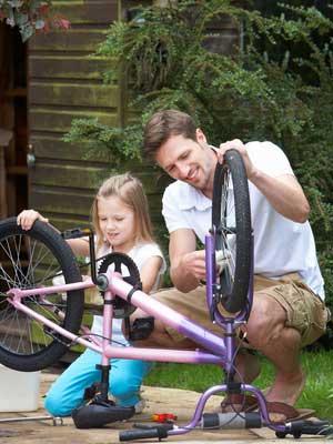 Vater kann das fahrrad reparieren