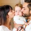Eine Patchwork Familie umarmt sich