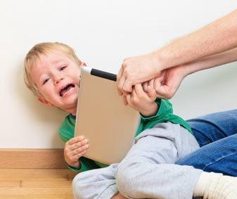 Kind zankt mit dem Vater