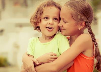 zwei Mädchen verträumen die Zeit