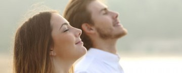 Mann und Frau atmen durch
