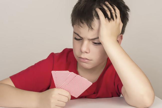 Kind verliert beim Kartenspiel