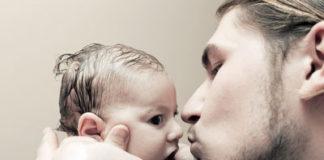 Vater küsst Kind
