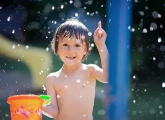 Junge badet