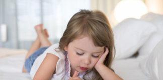 Kleines Mädchen am Handy