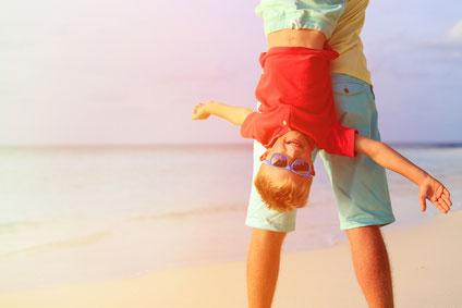 Kind hängt am Vater