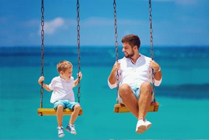 Vater und Sohn am Meer