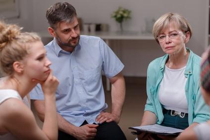 Eltern und Erzieherin