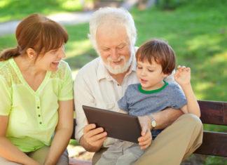 Großeltern und Enkelkind