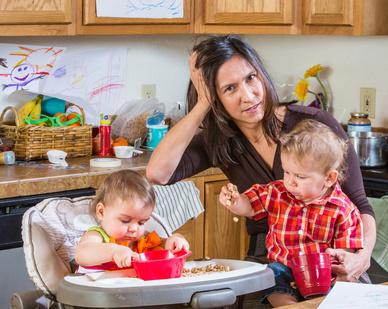 Mutter mit zwei Kindern im Stress