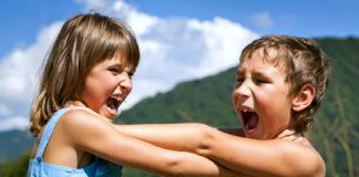 Mädchen und Junge streiten sich