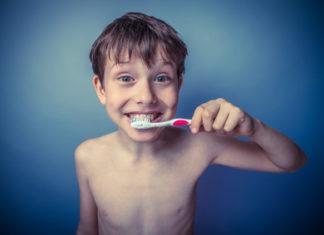 Junge putzt Zähne mit Spass