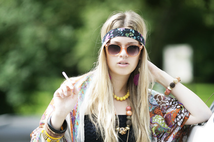 Junge Frau mit Joint