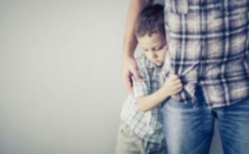 Kind eng beim Vater