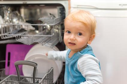 Kind hilft im Haushalt