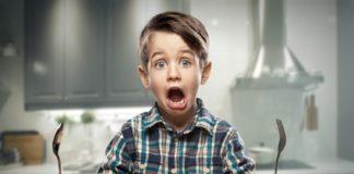 Kind rülpst am Esstisch