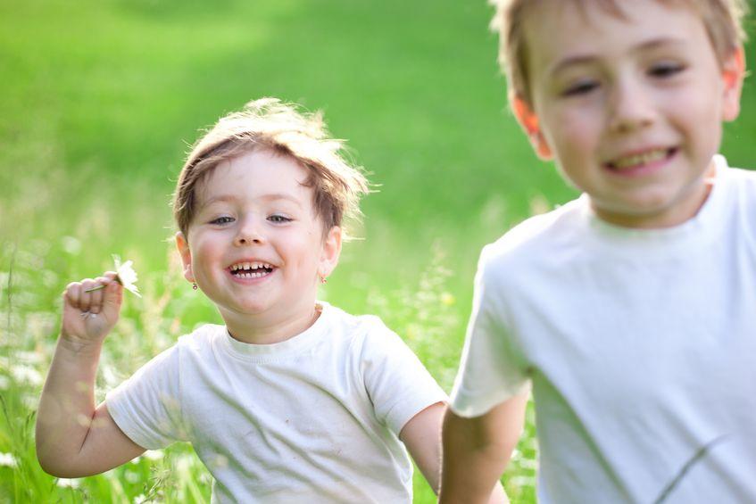 Gesunde Kinder spielen draussen - Urheber: qwasyx / 123RF Lizenzfreie Bilder