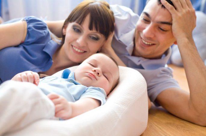 Glückliche Eltern   Urheber: yanlev / 123RF.com