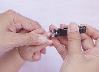 Kind knabbert Fingernägel
