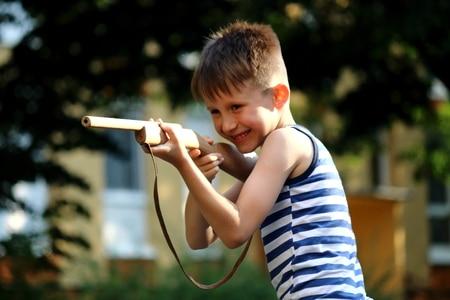 65290301 – Urheber: jegesvarga / 123RF Kind mit Spielzeuggewehr