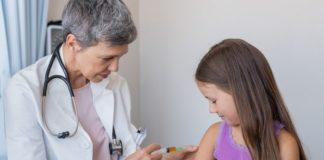 Kinderimpfungen im Überblick Kind bei einer Impfung beim Arzt