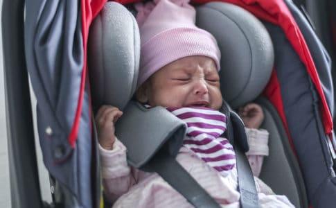 Baby schreit beim Autofahren