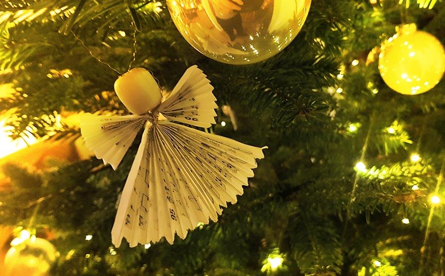 Weihnachtsbaum mit Kindern schmücken