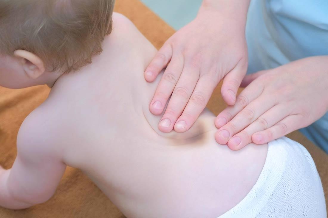 Blaue Flecken am Rücken bei Kindern