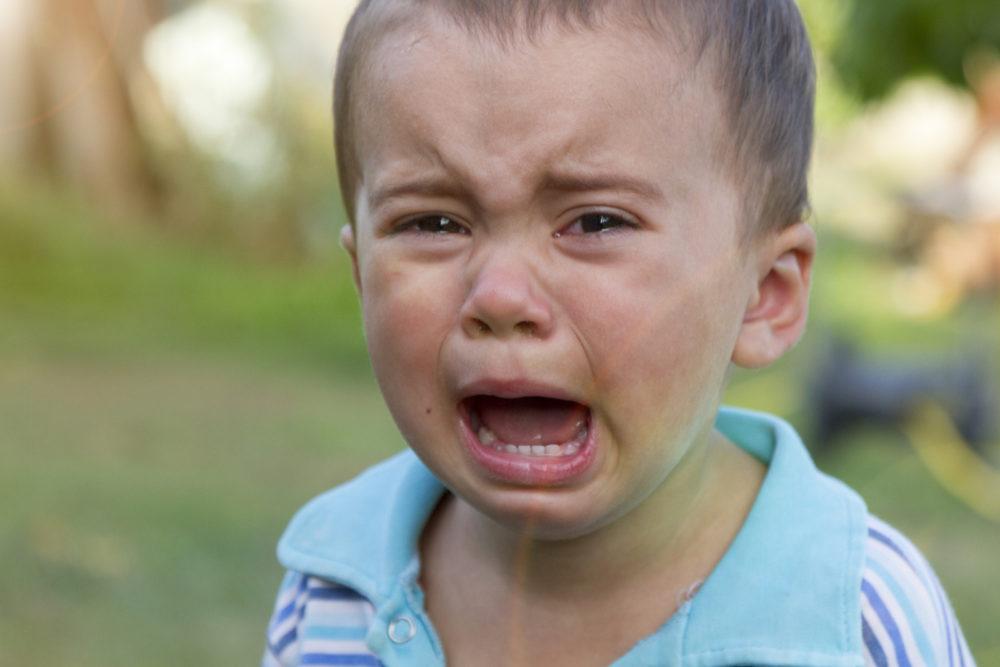 Kind vor Angst weint