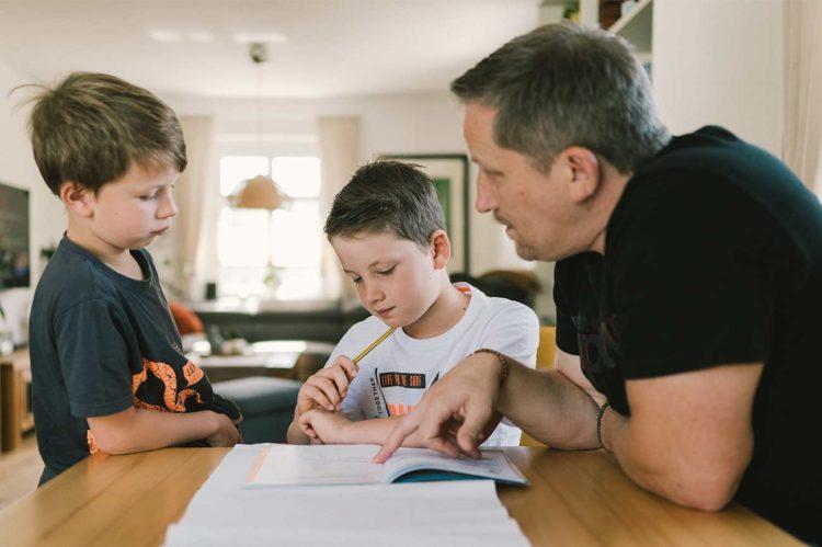 Als Vater die Kinder aktiv positiv bei den Hausaufgaben stärken (Familie Förster, Fotocredit Paul Glaser)