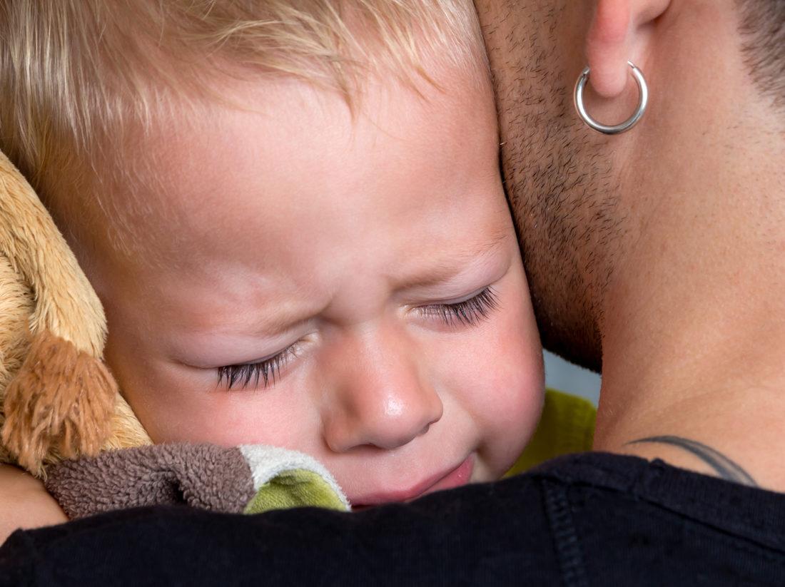 Vater tröstet sein Kind