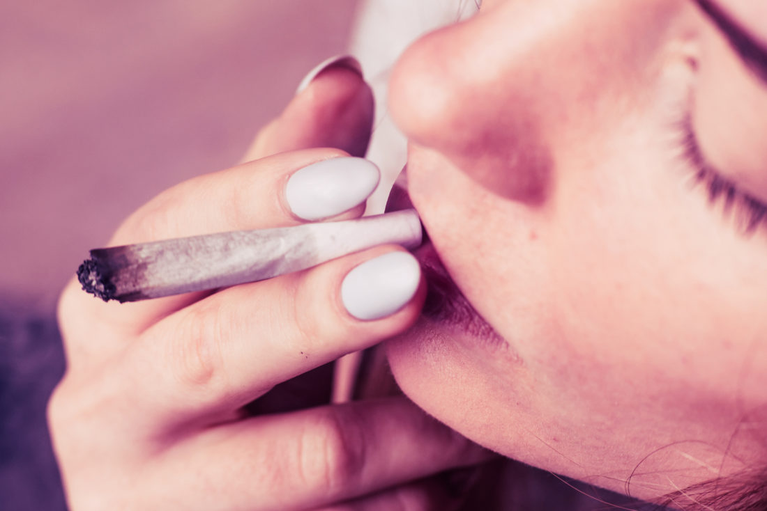 Jugendlicher raucht Canabis