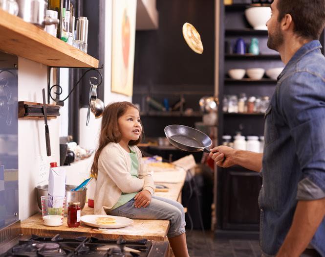 Papa macht Pfannkuchen Bild: ©istock.com/PeopleImages