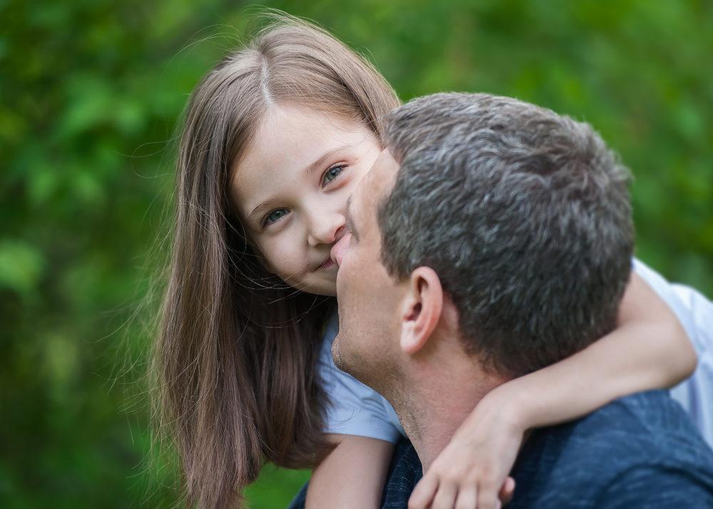 Vater und starke Tochter