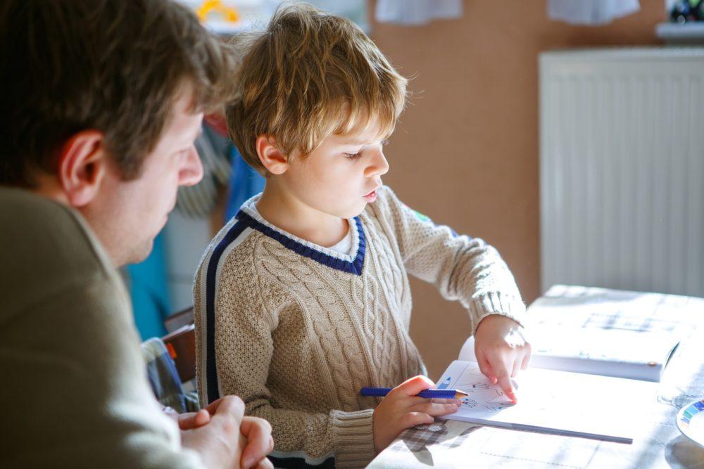 Als Vater beim Lernen helfen